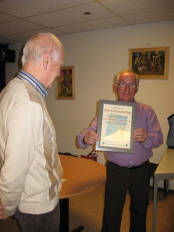 Overhandiging certificaat door voorzitter Simon Rotteveel