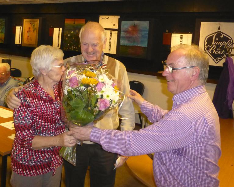 Overhandiging bloemenboeket door voorzitter Simon Rotteveel